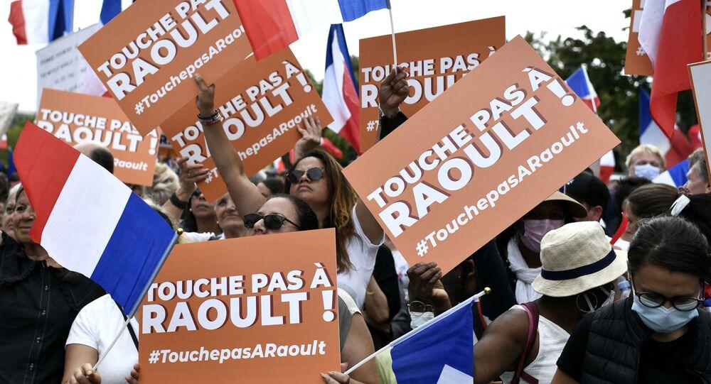 Manifestants à Paris brandissent des pancartes «Touche pas à Didier Raoult!»