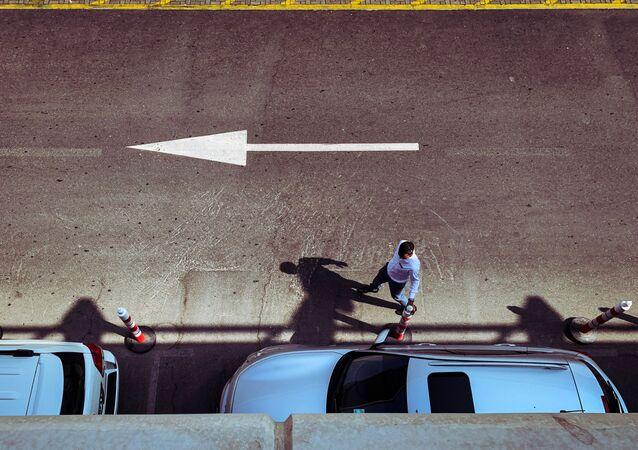 Un homme près d'une voiture, image d'illustration