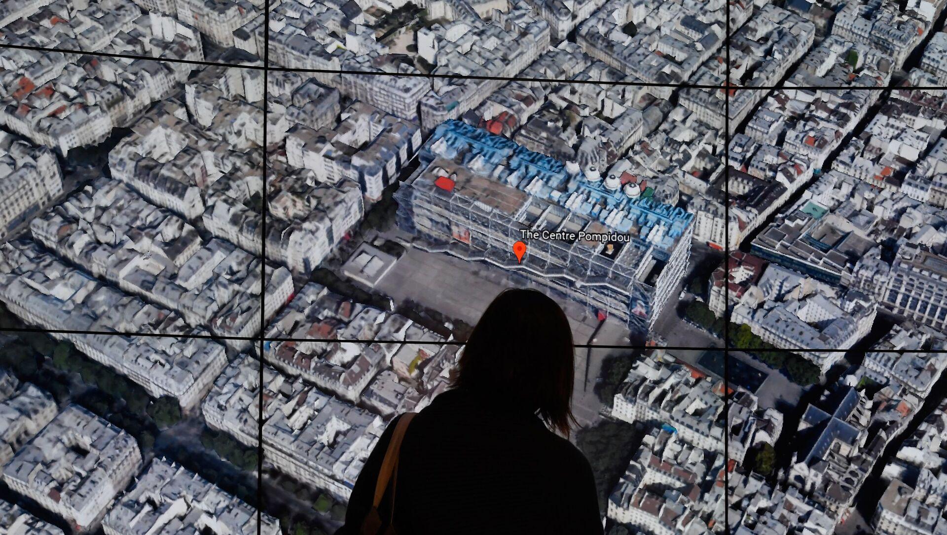Une personne observe la carte de Paris de Google Earth. - Sputnik France, 1920, 25.08.2021