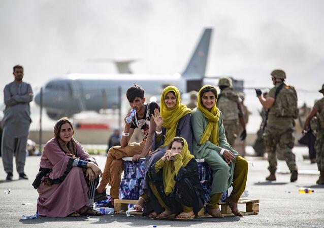 Sur cette image fournie par l'US Marine, des enfants attendent d'être évacués à l'aéroport de Kaboul, Afghanistan, Jeudi 19 août 2021