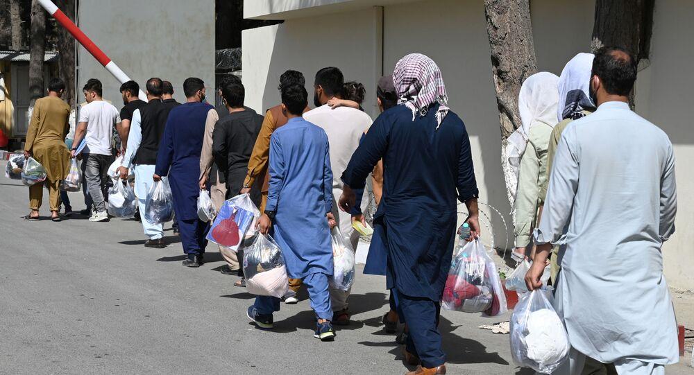 Des Afghans souhaitant quitter Kaboul