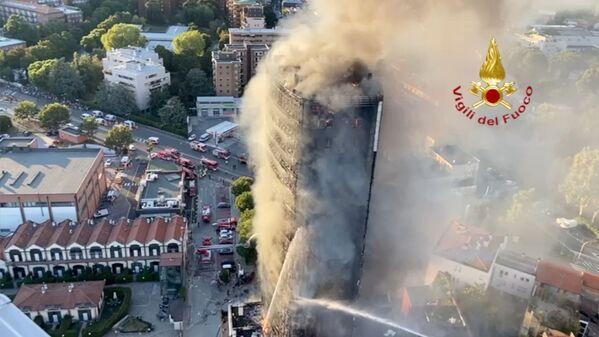 À Milan, un immeuble résidentiel de plusieurs étages a complètement brûlé. Des photos et des vidéos de l'incendie sont apparues sur les réseaux sociaux. Les images montrent comment l'incendie a rapidement englouti tout le bâtiment, le transformant littéralement en une torche. - Sputnik France