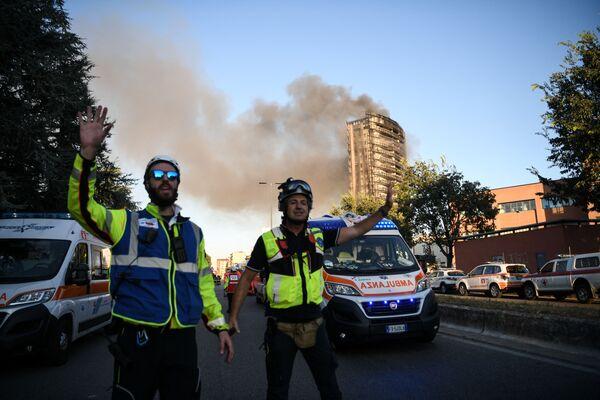 Des dizaines d'ambulances et de camions de pompiers sont arrivés sur les lieux dans le sud de Milan. Le bâtiment a été encerclé par la police. - Sputnik France