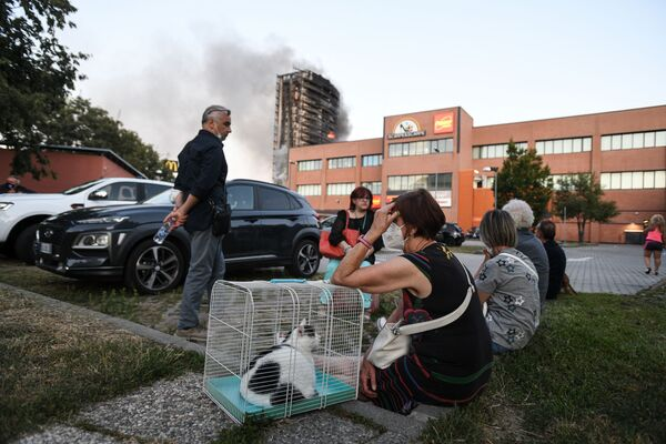 Haut de 60 mètres, l'immeuble était gainé de feuilles de polystyrène. Environ 70 familles y résidaient. - Sputnik France