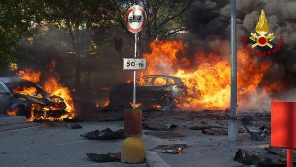 À cause de l'incendie, des voitures garées à côté de l'immeuble ont pris feu. - Sputnik France