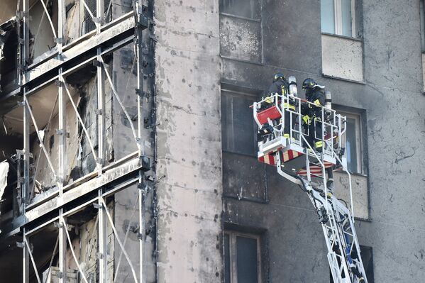 La cause exacte de l'incendie est encore inconnue. Cependant, les sauveteurs ont déjà établi que le foyer se trouvait quelque part au sommet du bâtiment, vraisemblablement au 15e étage. Il est rapporté que l'immeuble pourrait être en cours de rénovation, comme en témoignent les échafaudages installés le long de l'édifice. - Sputnik France