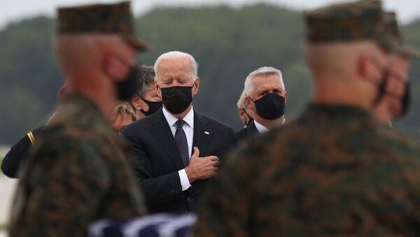 Joe Biden rend hommage aux militaires américains tués dans un attentat-suicide le 26 août à l'aéroport international Hamid Karzai de Kaboul - Sputnik France