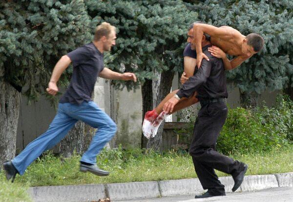 Le 1er septembre 2004, comme d'habitude, les habitants de Beslan se sont préparés très soigneusement pour la rentrée des classes. Les enfants avec des fleurs à la main racontaient leurs vacances d'été et faisaient des projets pour la nouvelle année scolaire. La musique et les rires ont au début masqué des bruits effrayants: des tirs et les cris des terroristes. Sur la photo: opération de sauvetage des otages à Beslan, le 3 septembre 2004. - Sputnik France