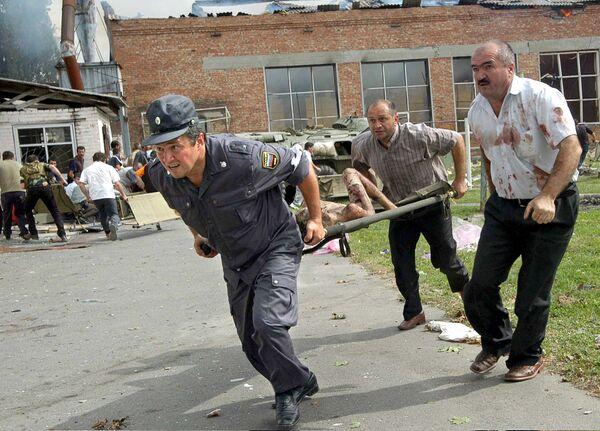 Les gens ne pouvaient toujours pas en croire leurs yeux. Dans la rue, devant l'école, une foule s'est rassemblée. Sur la photo: opération de sauvetage des otages à Beslan, le 3 septembre 2004. - Sputnik France