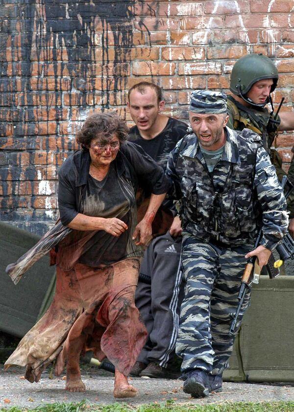À 11h34, des mesures de sécurité renforcées ont été introduites dans toute la république de l'Ossétie du Nord. La frontière a été fermée, tous les vols vers Vladikavkaz annulés. La vie s'est interrompue. Sur la photo: opération de sauvetage des otages à Beslan, le 3 septembre 2004. - Sputnik France