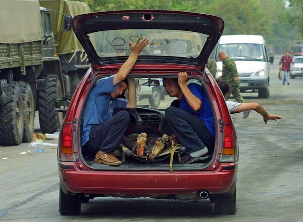 Les terroristes ont pris en otage 1.128 personnes, pour la plupart des enfants, y compris des bébés, que leurs parents avaient emmenés avec eux. Sur la photo: otages blessés après leur libération, le 3 septembre 2004. - Sputnik France