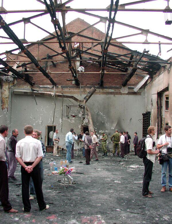 Le 2 septembre, après des négociations avec l'ancien Président de l'Ingouchie, Rouslan Aouchev, les terroristes ont accepté de libérer 26 femmes et bébés, mais ont ensuite durci les conditions pour le reste des otages, refusant catégoriquement d'accepter des médicaments, de la nourriture et de l'eau pour eux. Épuisés et apeurés, les otages ont commencé à perdre espoir. Sur la photo: dans l'école n°1 de Beslan, détruite lors de l'attentat terroriste. - Sputnik France