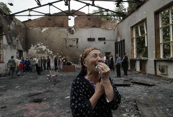 Le 3 septembre, vers 13 heures, deux puissantes explosions ont retenti dans l'école. Une partie du bâtiment s'est effondrée. Une fusillade a commencé. À ce moment-là, 30 otages ont réussi à s'échapper. Les terroristes ont tiré dans le dos des femmes et des enfants en fuite. Sur la photo: une femme pleure dans l'école n°1 détruite à Beslan à la suite de l'attentat terroriste.    - Sputnik France