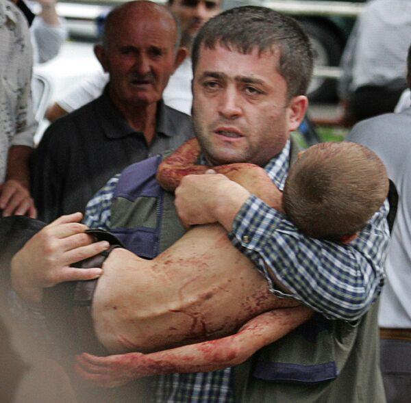 À 15h16, tous les otages vivants ont été évacués. Mais à l'intérieur se trouvaient les corps de centaines de victimes, des manuels d'école éparpillés, brûlés et des uniformes scolaires ensanglantés: à cause de la chaleur insupportable dans le gymnase, de nombreux enfants s'étaient déshabillés. Sur la photo: opération de sauvetage des otages à Beslan, le 3 septembre 2004. - Sputnik France