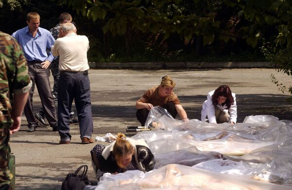 Au total, 334 personnes sont mortes à la suite de l'attaque terroriste. 186 d'entre elles étaient des enfants âgés de 1 à 17 ans. Parmi les morts figuraient des proches des écoliers, des enseignants, ainsi que des employés des forces de l'ordre et du ministère des Situations d'urgence. Sur la photo: proches des otages décédés lors de l'identification à la morgue de Vladikavkaz, le 3 septembre 2004. - Sputnik France