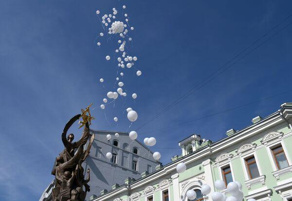 Dans la cour de l'école, qu'il a été décidé de conserver en l'état, une église a été érigée grâce aux dons des habitants d'Ossétie du Nord et d'autres régions de Russie. Exception dans le pays, l'année scolaire dans les écoles d'Ossétie du Nord commence désormais le 4 septembre. Sur la photo: des ballons blancs dans le ciel de Beslan à la mémoire des victimes de l'attentat terroriste du 1er septembre 2004. - Sputnik France