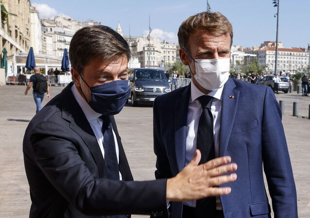 Le Président de la République française Emmanuel Macron accueilli par le maire (PS) de Marseille Benoît Payan, le 1er septembre 2021