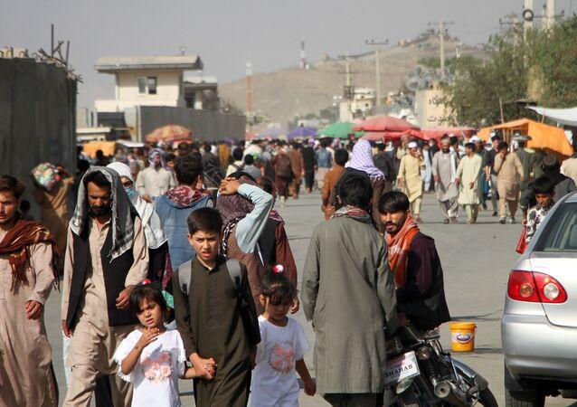Des Afghans près de l'aéroport de Kaboul