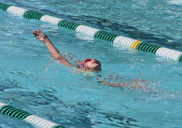 Un enfant qui nage