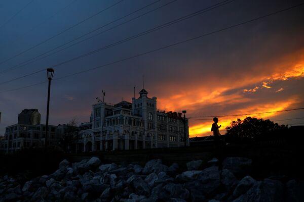Les dommages causés sur la région sont si importants que plusieurs semaines seront peut-être nécessaires pour réparer le seul réseau électrique, écrivent l'Associated Press et la BBC. La Nouvelle-Orléans a le plus souffert. Sur la photo : un homme dans les rues de La Nouvelle-Orléans, anéanti par l'ouragan Ida. - Sputnik France