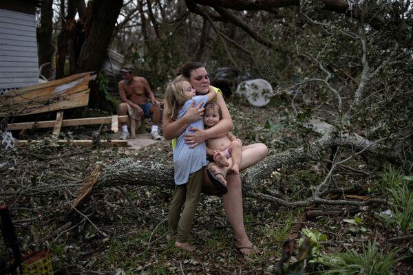Ida a frappé les côtes de La Nouvelle-Orléans pour le 16e anniversaire du passage de Katrina, l'ouragan qui avait détruit des barrages, inondé la ville et fait 1.800 victimes en 2005. Cette fois, La Nouvelle-Orléans a échappé à l'inondation catastrophique que craignaient les édiles, mais les dégâts sont importants. Sur la photo: une famille dans une maison détruite à Golden Meadow, en Louisiane. - Sputnik France