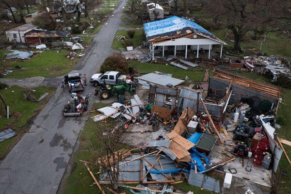 L'ouragan a fait tomber une tour géante qui conduit des lignes électriques stratégiques à travers le fleuve Mississippi jusqu'à la région de la Nouvelle-Orléans, provoquant des pannes de courant généralisées. 216 sous-stations et plus de 3,2 km de lignes de transport d'électricité sont tombées en panne. Photo : L'ouragan Ida a causé des ravages à Golden Meadow, en Louisiane. - Sputnik France