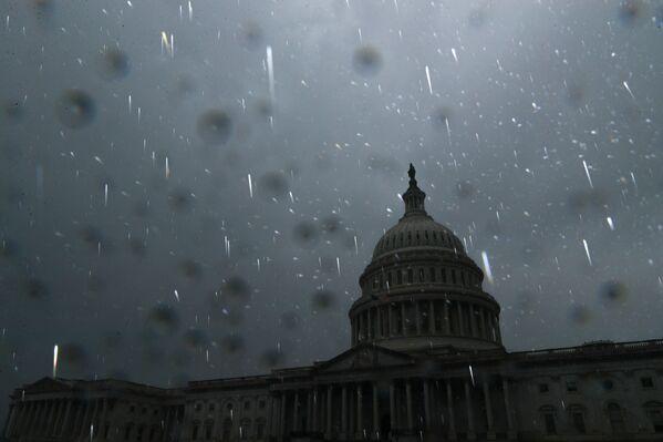 L'ouragan a également arraché des pylônes électriques, déraciné des arbres sur des lignes électriques et fait exploser des transformateurs. Sur la photo: des pluies torrentielles à Washington DC causées par l'ouragan Ida. - Sputnik France
