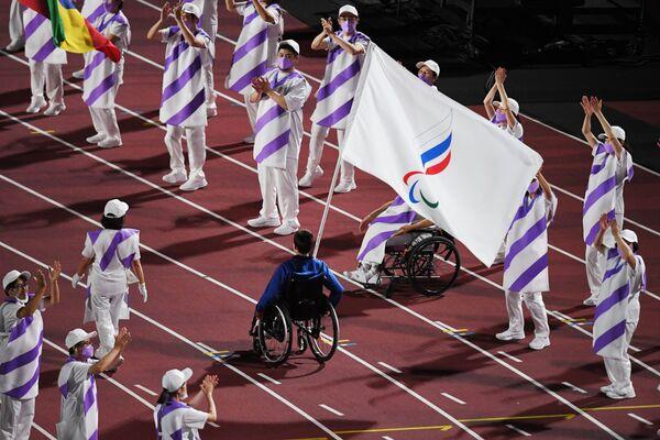 Un athlète de l'équipe du Comité paralympique russe portant le drapeau lors de la cérémonie de clôture des XVIes Jeux paralympiques d'été à Tokyo. - Sputnik France