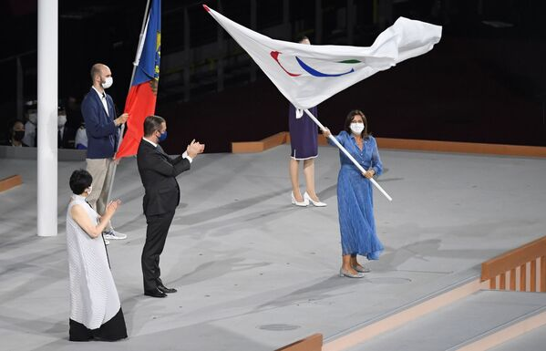 Les prochains Jeux paralympiques d'été se dérouleront du 28 août au 8 août 2024 à Paris. Sur la photo (de gauche à droite): Yuriko Koike, gouverneur de Tokyo, Andrew Parsons, président du Comité international paralympique, et Anne Hidalgo, maire de Paris, lors de la remise du drapeau paralympique dans le cadre de la cérémonie de clôture des XVIes Jeux paralympiques d'été à Tokyo.  - Sputnik France