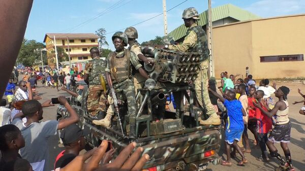 Жители аплодируют солдатам во время празднования восстания в Конакри, Гвинея - Sputnik France