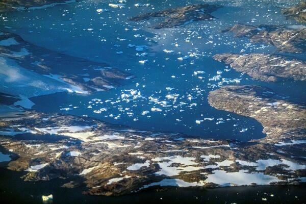 En raison d'un été exceptionnellement chaud, la fonte accélérée a affecté un important glacier du Groenland.Sur la photo: fonte des glaciers et des icebergs au large de la côte est du Groenland. - Sputnik France