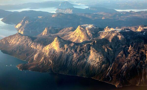 Selon le service météorologique danois DMI, fin juillet dans le nord du Groenland, la température de l'air a dépassé 20 degrés, soit plus du double du taux statistique moyen pour cette période de l'année.Sur la photo: montagnes à proximité de Nuuk, dans l'ouest du Groenland. - Sputnik France