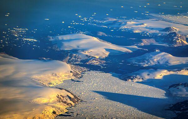 Selon les météorologues, un tel phénomène peut être un signe de réchauffement climatique et indique un danger pour la deuxième plus grande calotte glaciaire du monde après l'Antarctique. - Sputnik France