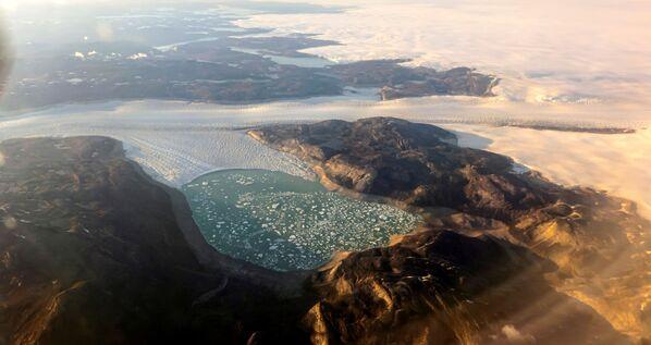 La fonte record du glacier qui a été enregistrée en 2019 n'a pas encore été dépassée. Cependant, cette année, le processus couvre une zone beaucoup plus vaste. Néanmoins, la fonte du glacier se situe toujours dans la moyenne statistique. - Sputnik France