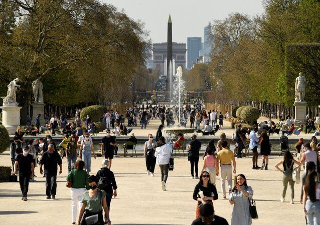 Des promeneurs dans le jardin des Tuileries