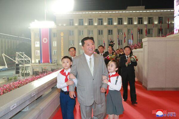 Le dirigeant nord-coréen Kim Jong-un a assisté au défilé, mais n'a pas prononcé de discours traditionnel.Sur la photo: Kim Jong-un lors du défilé militaire en l'honneur du 73e anniversaire de la fondation de la RPDC. - Sputnik France