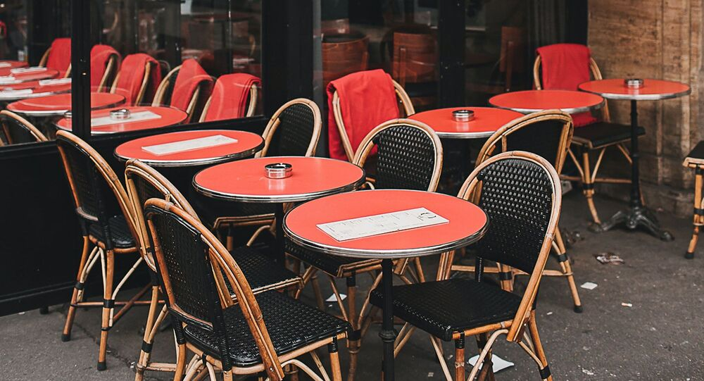 Dans un café vide, Paris