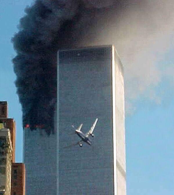 Le 11 septembre marque 20 ans de détournement par un groupe de 19 terroristes de quatre avions se rendant en Californie en provenance des aéroports de Logan, Dulles et New Arc. Deux avions ont percuté les tours jumelles du World Trade Center situé dans le sud de Manhattan à New York. Un autre s'est écrasé sur le Pentagone près de Washington et le quatrième dans le quartier de Shanksville en Pennsylvanie.  - Sputnik France