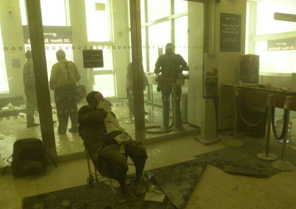 Le vol AA 11 d'American Airlines a percuté la tour nord WTC1 au niveau des étages 94-98 à 8h46. Sur la photo: homme blessé dans une banque près du World Trade Center lors de l'attaque terroriste à New York. - Sputnik France