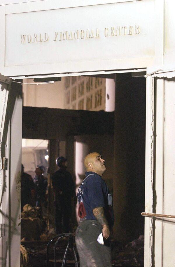 L'effondrement des tours WTC1 et WTC2 a causé de graves dommages aux édifices adjacents. À 17h20, une série d'explosions de gaz et l'incendie ont détruit un autre bâtiment du World Trade Center: la tour WTC7. Sur la photo: un pompier inspecte le bâtiment endommagé du World Financial Center à New York. - Sputnik France