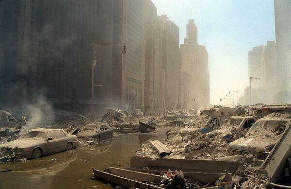 L'organisation terroriste Al-Qaïda* a revendiqué les attaques. Sur la photo: une rue du Lower Manhattan après l'effondrement des tours du World Trade Center. - Sputnik France