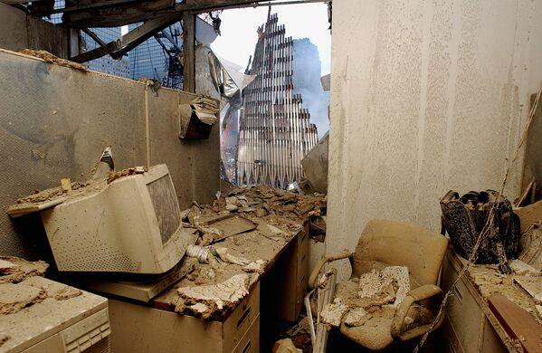 Un bureau détruit et une vue sur les ruines du World Trade Center à New York quelques jours après l'attentat terroriste. - Sputnik France
