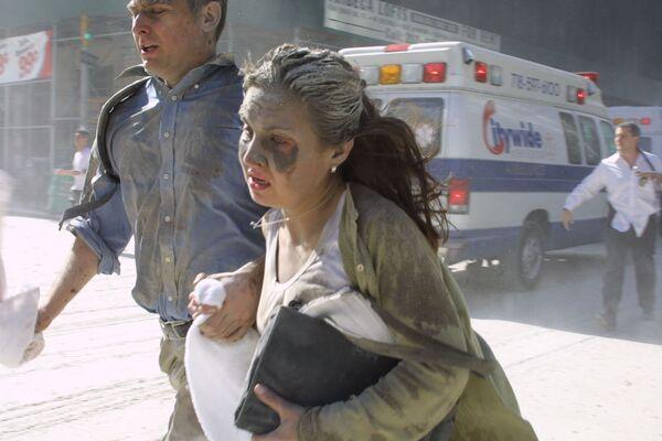 L'attentat terroriste du 11 septembre a été le plus important de l'histoire en termes de nombre de victimes. Outre 19 terroristes, les attaques ont tué 2.977 personnes: des citoyens américains et 91 autres États. Parmi les morts, on retrouve 246 passagers et membres d'équipage des avions. Sur la photo: des gens fuient le World Trade Center à New York après les attaques contre les tours WTC1 et WTC2.  - Sputnik France
