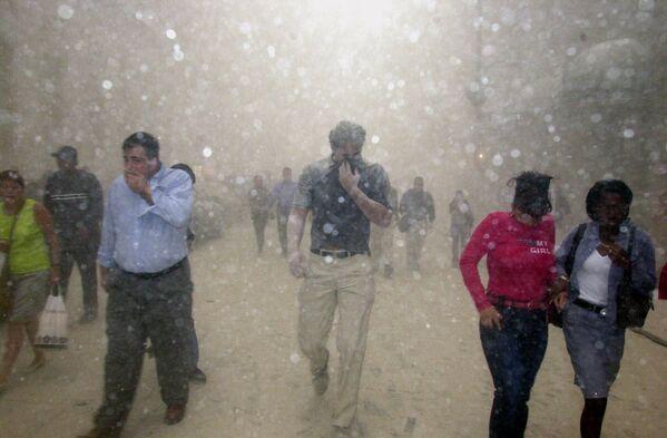 Dans le WTC1, 1.366 personnes sont mortes: certaines lors de l'impact, les autres à cause de l'incendie et de l'effondrement de la tour. Sur la photo: des personnes fuient le World Trade Center à New York après les attaques contre les tours WTC1 et WTC2. - Sputnik France