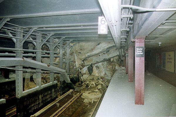 Beaucoup ont tenté de grimper sur les toits des tours dans l'espoir d'une évacuation par hélicoptère, mais la fumée et la chaleur des incendies ont rendu impossible l'utilisation de ces appareils. Sur la photo: tunnel du métro de New York détruit par l'effondrement des tours du World Trade Center. - Sputnik France