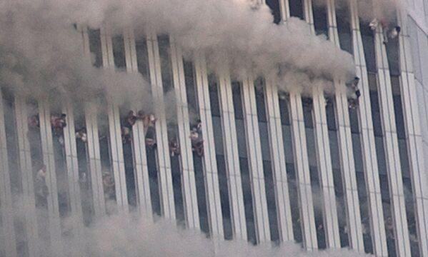 Au moins 600 personnes sont mortes aux étages supérieurs du WTC2. Au moins 200 personnes, piégées aux étages supérieurs des tours, ont sauté, préférant cette option à la mort par le feu. Leur chute a été observée par de nombreux témoins. Sur la photo: des personnes aux étages supérieurs de la tour WTC1 après l'attentat terroriste. - Sputnik France