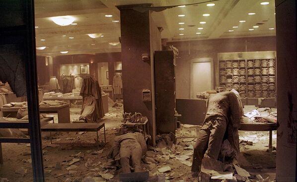 La combustion dans les décombres sur le site de l'effondrement des tours du WTC a continué pendant 99 jours supplémentaires. Le nettoyage complet de la zone n'a été achevé qu'en mars 2002. Sur la photo: magasin détruit au World Trade Center après l'attentat terroriste de New York. - Sputnik France