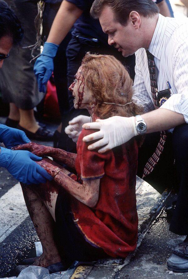 Au cours d'une opération de sauvetage à grande échelle et d'extinction d'incendies, 341 sapeurs-pompiers, 2 ambulanciers du Fire Department of the City of New York, 60 policiers et 8 ambulanciers ont été tués. Sur la photo: des secouristes aident une femme blessée sur le site de l'effondrement des tours du World Trade Center à New York. - Sputnik France