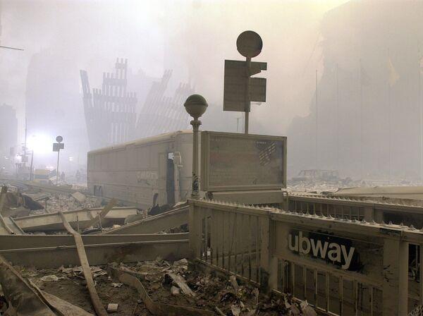 À l'heure actuelle, 1.647 corps de victimes de l'attaque terroriste du 11 septembre ont été identifiés, 1.106 autres ne le sont toujours pas. Des fragments d'os ont été trouvés même en 2006 lors des préparatifs de la démolition du bâtiment de la Deutsche Bank. Deux autres victimes de l'attaque terroriste du 11 septembre –un homme et une femme– ont été identifiées il y a seulement quelques jours grâce à l'analyse ADN.Sur la photo: entrée du métro près du World Trade Center après l'attentat terroriste à New York. - Sputnik France