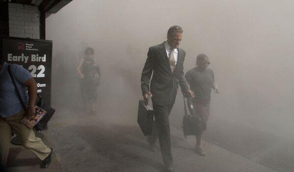 Le Président américain Joseph Biden a annoncé les 10 et 12 septembre journées de prière et de commémoration des victimes des attentats terroristes du 11 septembre 2001 et a appelé les habitants d'autres pays à s'y joindre.Sur la photo: dans le Lower Manhattan après l'effondrement des tours du World Trade Center. - Sputnik France
